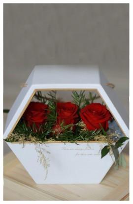 B10 - Červené ruže v šesťhrannom boxe